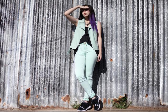 No puedo omitir a una chilena que domina los looks con zapatillas magistralmente, Cony de Nebulosa Verde Agua