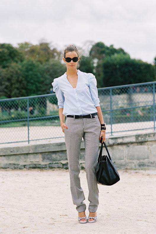 El pantalón con un leve diseño y la una blusa femenina destacan sin necesidad de mayores aspavientos.