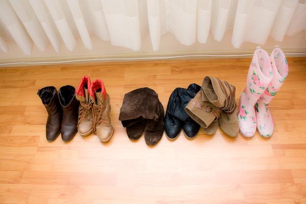Mis zapatos de invierno: 2 botas vaqueras, una de plataforma, dos planas en tonos café y mis botas de agua.