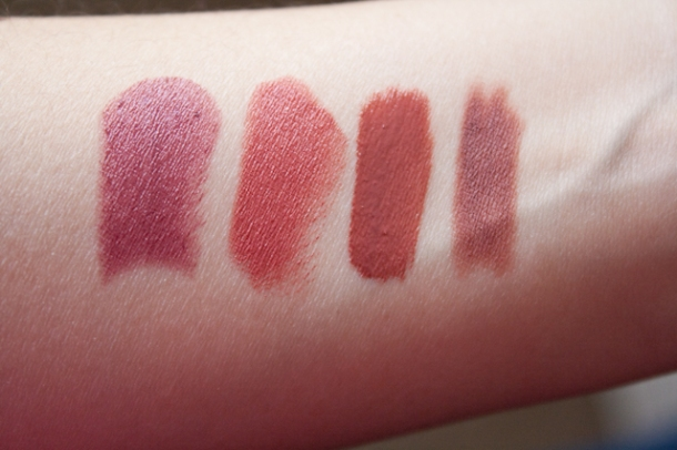 Swatches de izq. a der: Rapture, Boca 33, Comet y delineador Honey Bun.