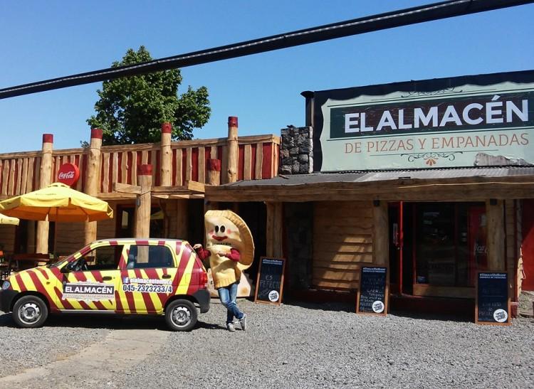 Esta foto la saqué de su FB: así se ve el local por fuera, el auto del delivery y la empanada representativa jejeje